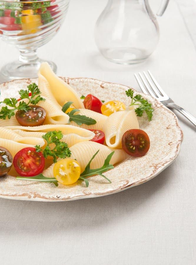 Pasta di Shell con i pomodori fotografie stock libere da diritti