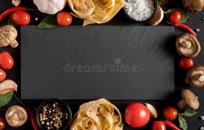 Pasta di tagliatelle del Fettuccine con le erbe e le spezie con l'ardesia BO fotografia stock libera da diritti