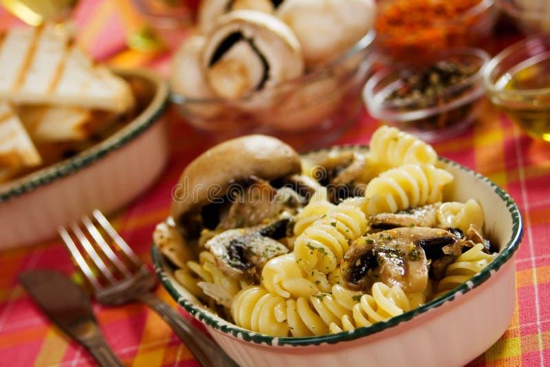 Pasta di Tortiglioni con il fungo del fungo prataiolo fotografia stock libera da diritti