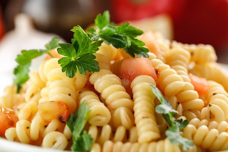 Pasta di verdure Fusilli con prezzemolo fotografia stock libera da diritti