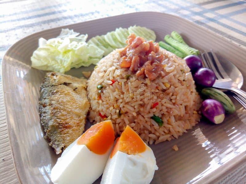 A pasta do piment?o fritou o arroz com vegetal misturado imagem de stock royalty free
