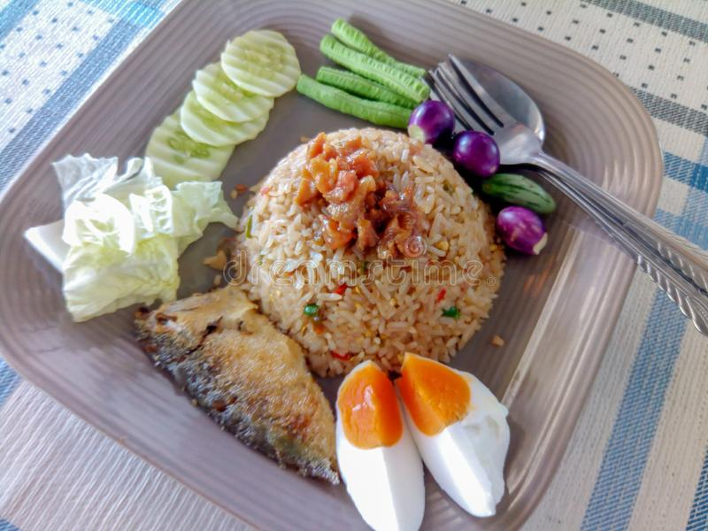 A pasta do piment?o fritou o arroz com vegetal misturado imagens de stock