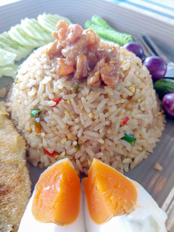 A pasta do piment?o fritou o arroz com vegetal misturado imagem de stock