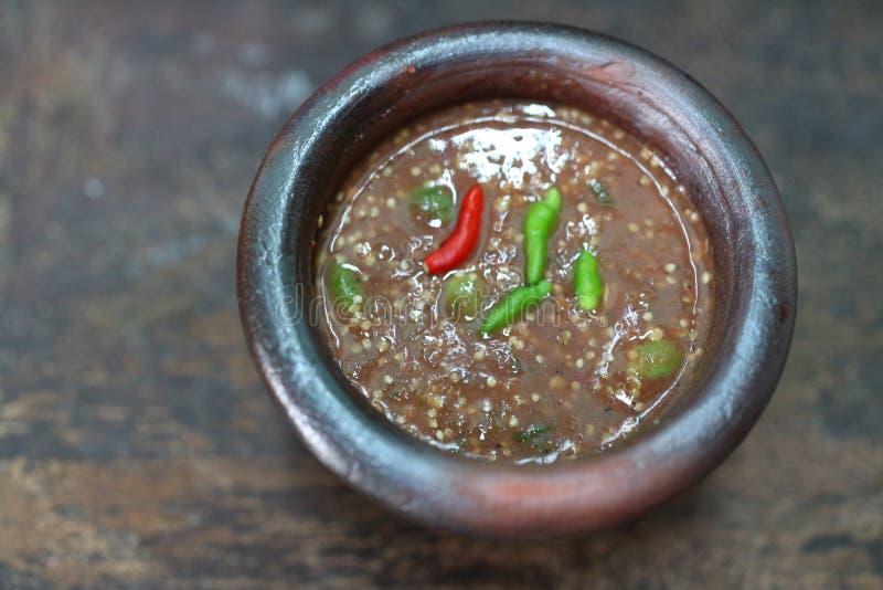 A pasta do pimentão que é comida geralmente em Tailândia é uma mistura dos pimentões, pasta do camarão, alho, molho de peixes, aç fotos de stock royalty free