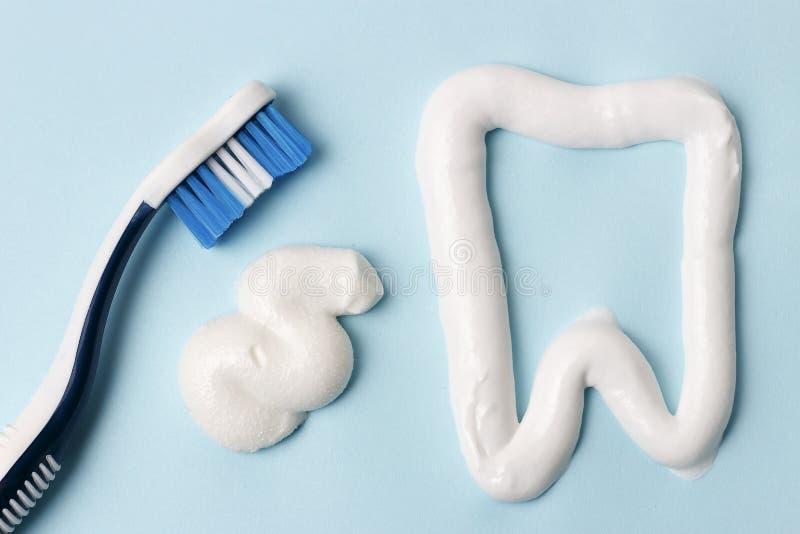 Pasta do zębów i toothbrush na błękitnym tle Stomatologiczny higieny pojęcie fotografia royalty free