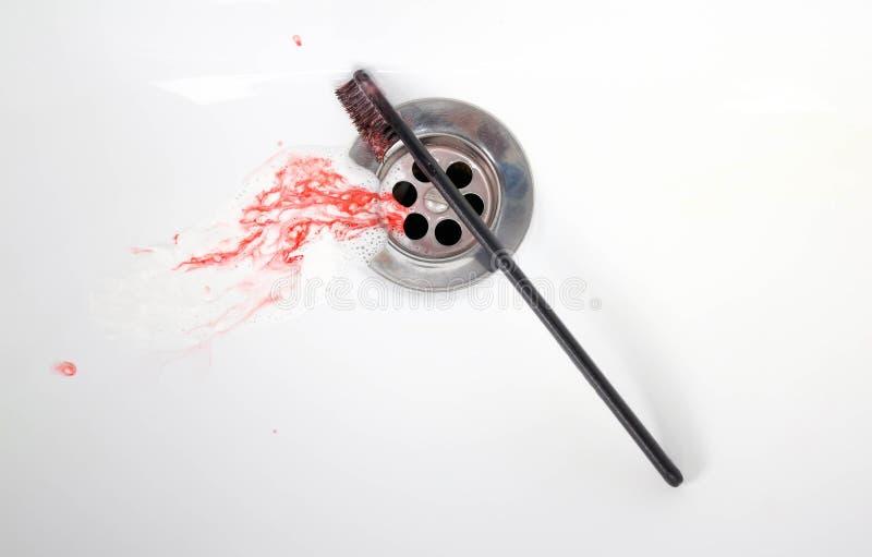 Pasta do zębów z krwią w ceramicznym zlew krwawiący dziąsła z bliska zdjęcie royalty free