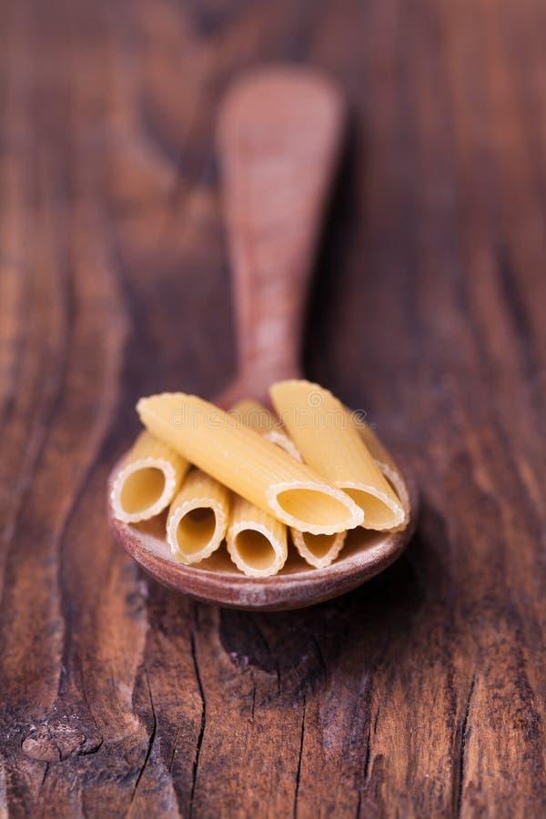 Pasta e cucchiaio secchi fotografia stock