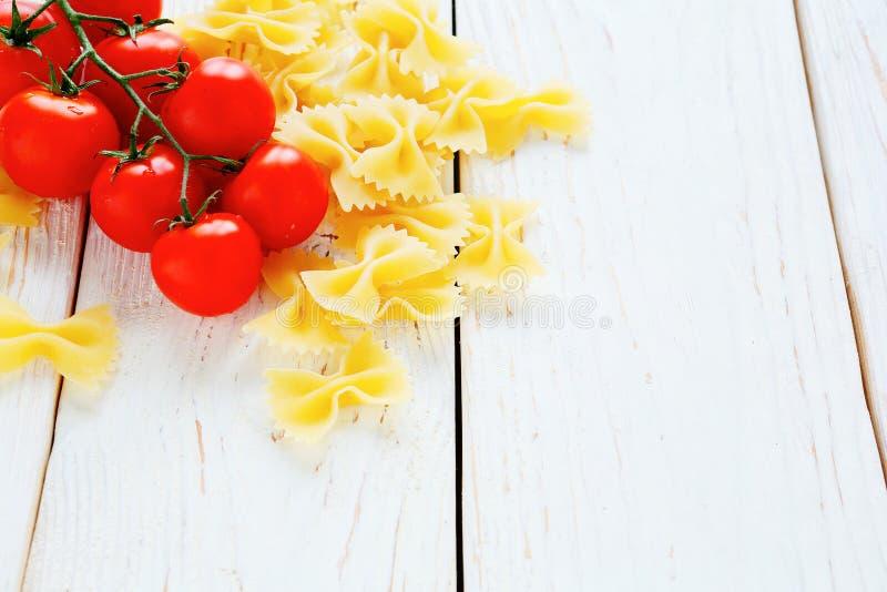 Pasta e pomodori ciliegia di Farfalle immagini stock