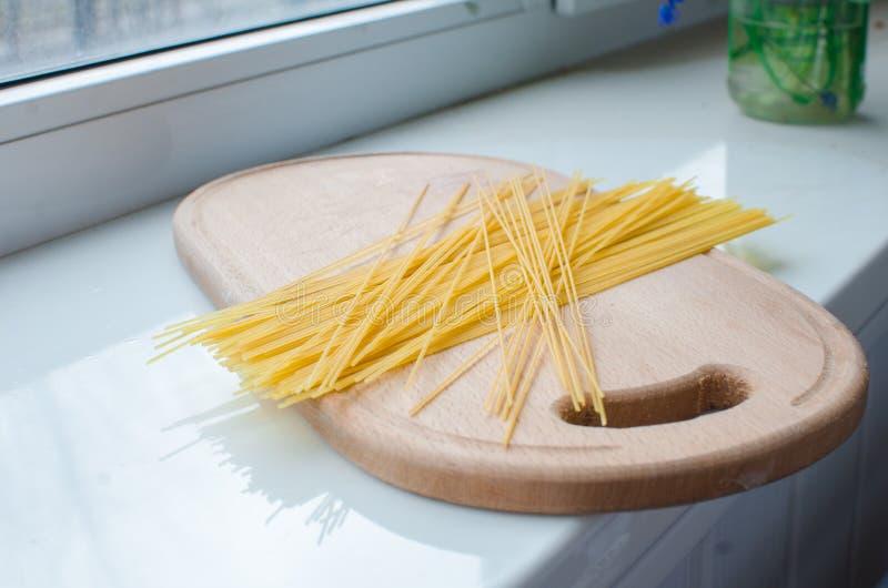 Pasta e spaghetti crudi fotografia stock