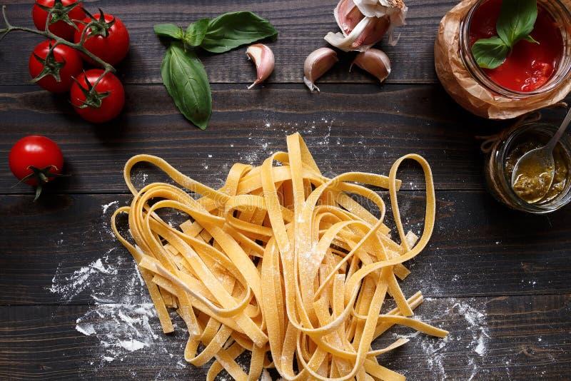 Pasta e verdure casalinghe fresche sulla vista di legno scura del piano d'appoggio immagini stock