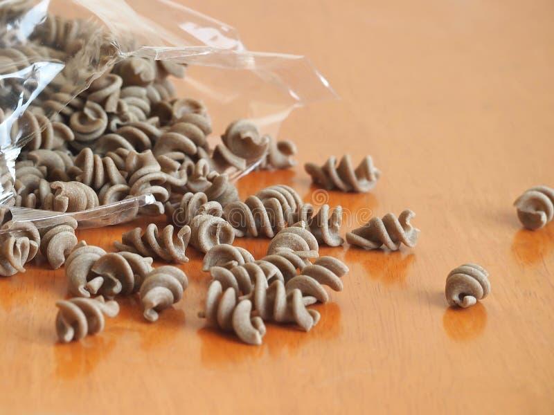 Pasta eggless della segale dell'intero grano (fusilli) immagini stock libere da diritti