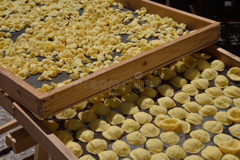 Pasta fatta a mano di Orecchiette Piatto tipico di Bari, Puglia, Italia fotografia stock libera da diritti
