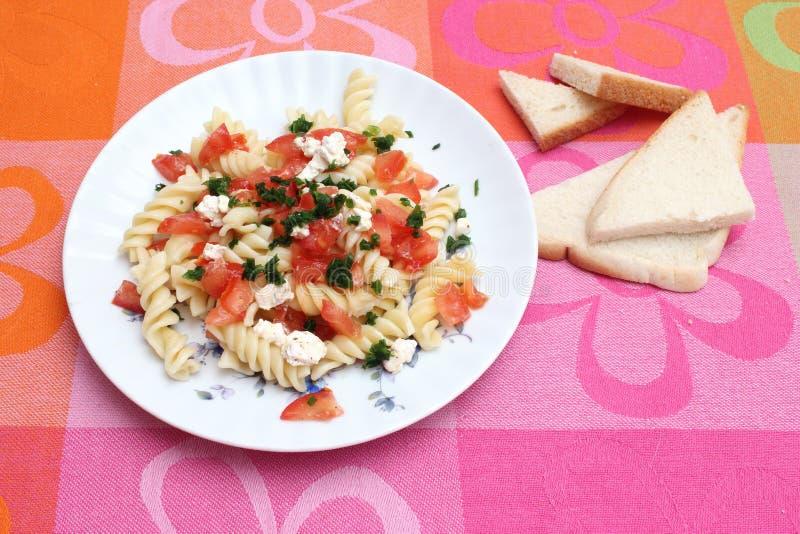 Pasta fresca con i pomodori ed il formaggio fotografia stock libera da diritti