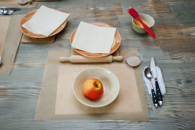 Pasta, fruta fresca y utensilios para las clases de cocina en la tabla de madera, concepto de clase de cocina fotos de archivo