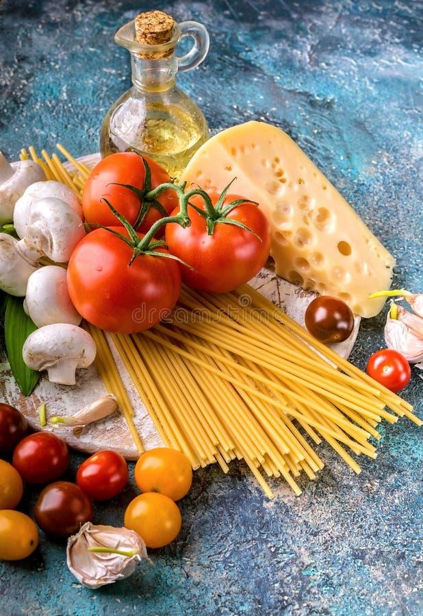 Pasta, funghi, pomodori, erbe e spezie italiani Cucina mediterranea tradizionale immagini stock libere da diritti