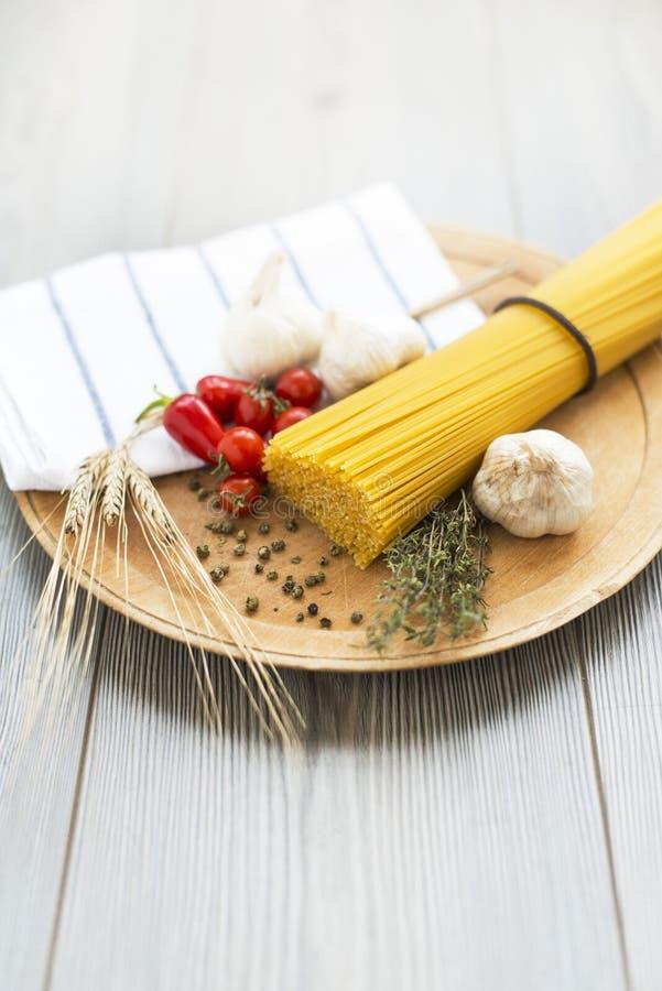 Pasta gialla asciutta degli spaghetti immagini stock libere da diritti