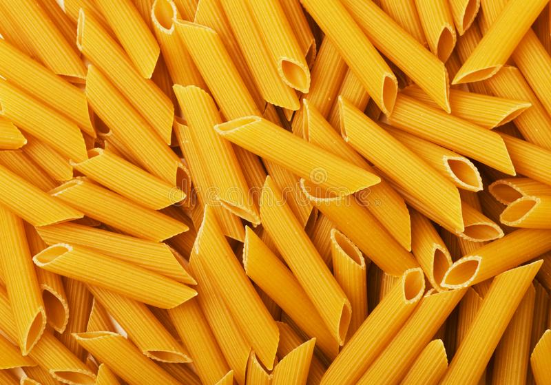 Pasta gialla asciutta del penne fotografia stock libera da diritti