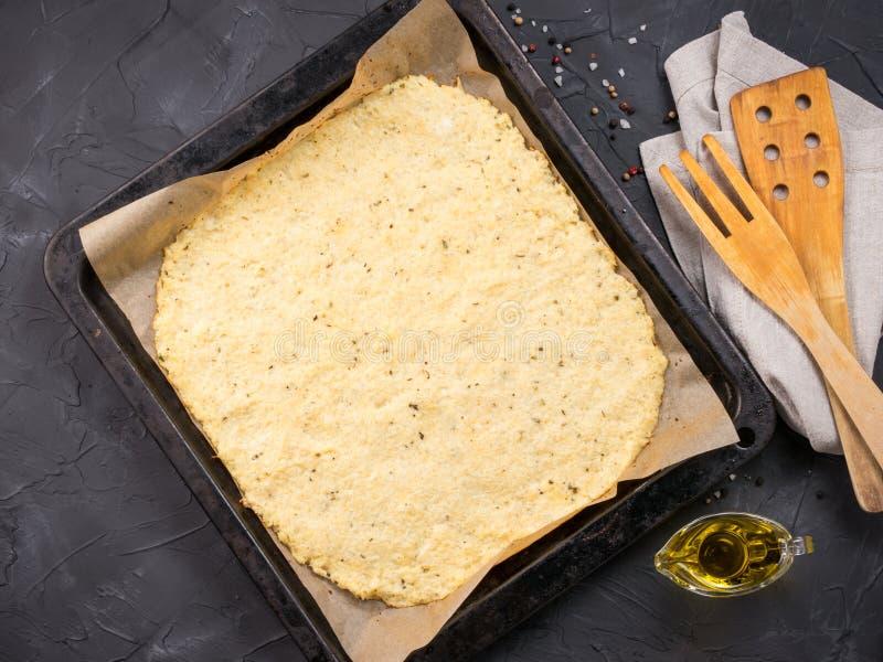 Pasta hecha en casa de la corteza de la pizza de la coliflor foto de archivo libre de regalías