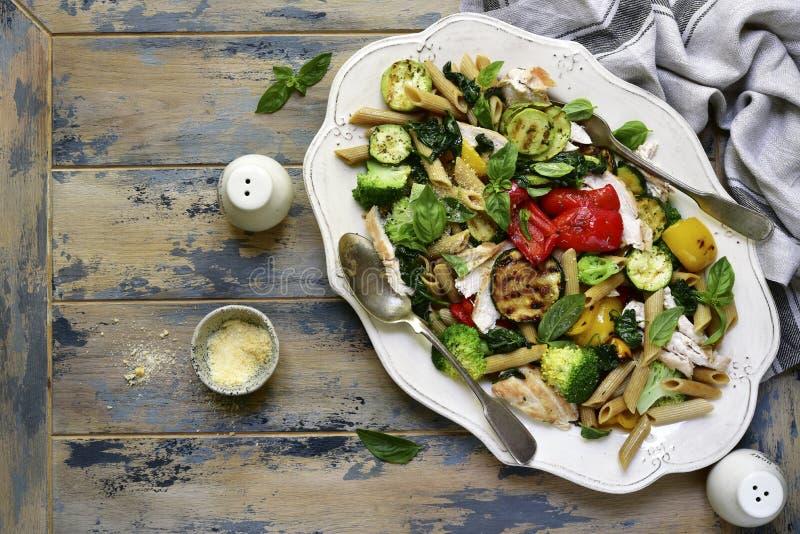 Pasta intera del penne con le verdure arrostite e i breas del pollo fotografia stock libera da diritti