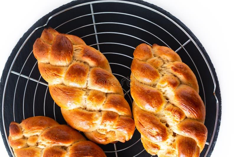 Pasta intrecciante del challah della treccia del pane dell'alimento di processo casalingo di concetto su fondo bianco con lo spaz immagini stock libere da diritti