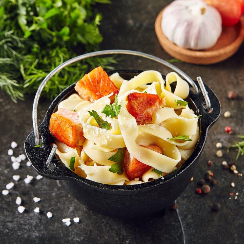 Pasta italiana casalinga di tagliatelle con Salmon Fillet fritto immagini stock libere da diritti