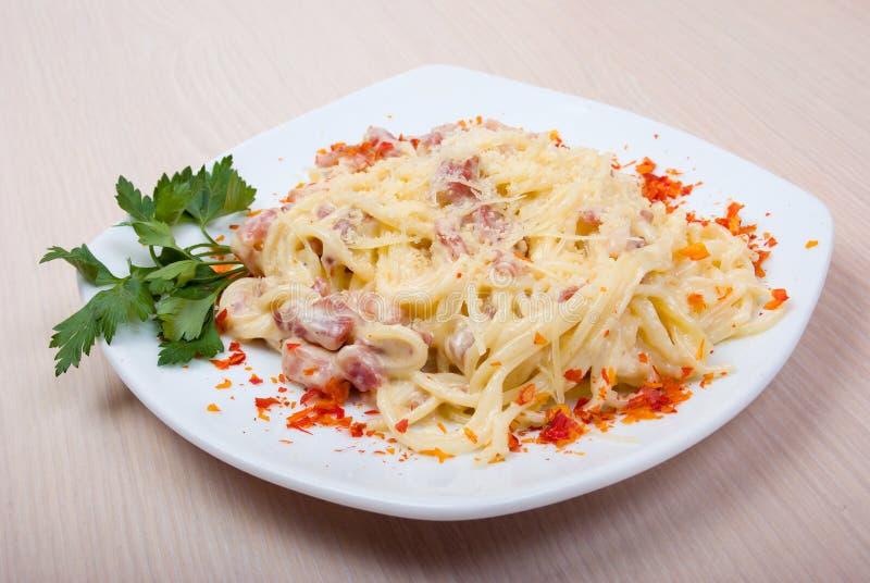Pasta italiana com queijo e bacon imagens de stock royalty free