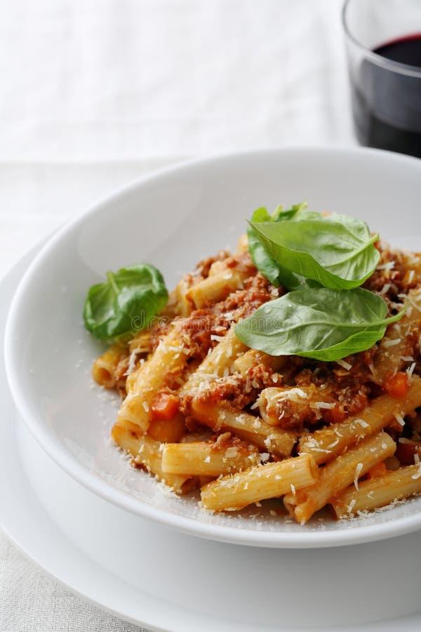 Pasta italiana con bolognese in ciotola fotografia stock libera da diritti