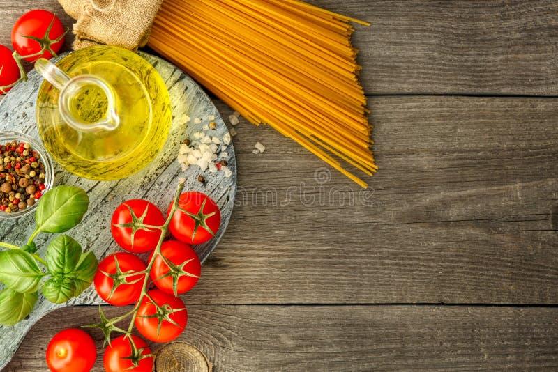 Pasta italiana con i pomodori, il basilico e l'olio, vista superiore fotografia stock libera da diritti