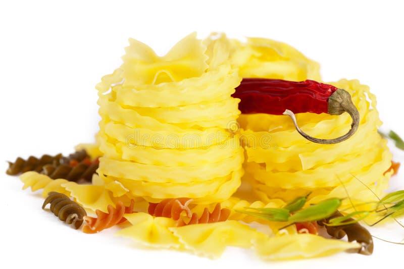 Pasta italiana con il pepe di peperoncino rosso rosso immagini stock libere da diritti
