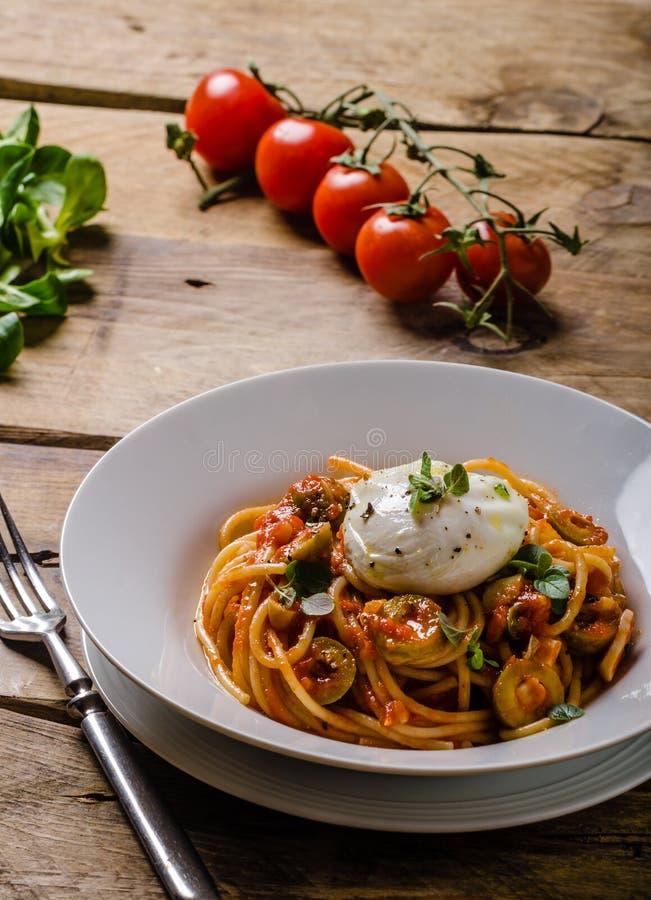 Pasta italiana con l'uovo affogato fotografie stock libere da diritti