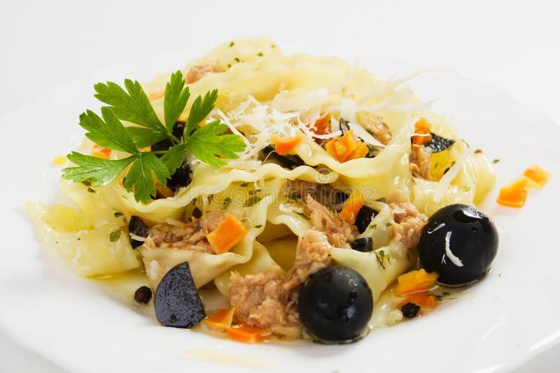 Pasta italiana con la carne dello sgombro e le olive nere immagini stock