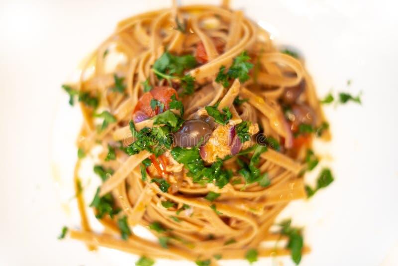 Pasta italiana con la cipolla, il tonno e le olive del taggiasche immagini stock libere da diritti