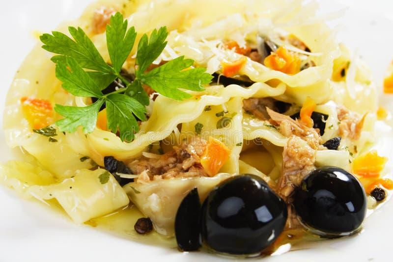 Pasta italiana con lo sgombro e le olive nere immagine stock libera da diritti