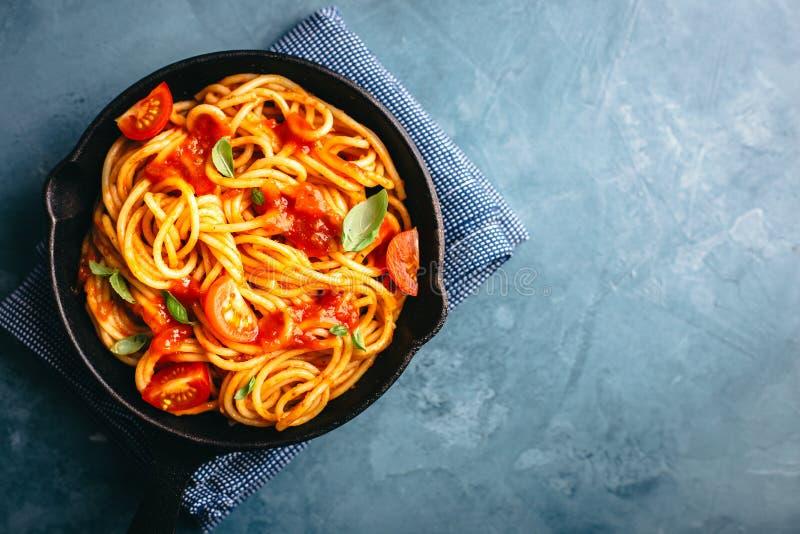Pasta italiana con salsa al pomodoro in pentola fotografia stock