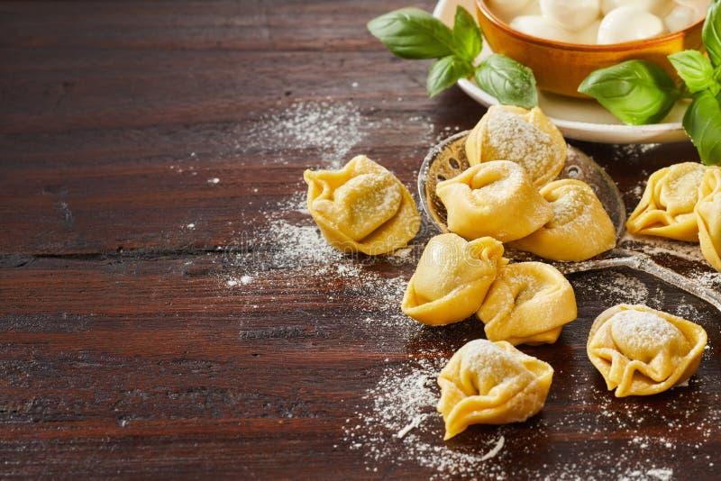 Pasta italiana cruda appena fatta dei tortellini fotografie stock libere da diritti