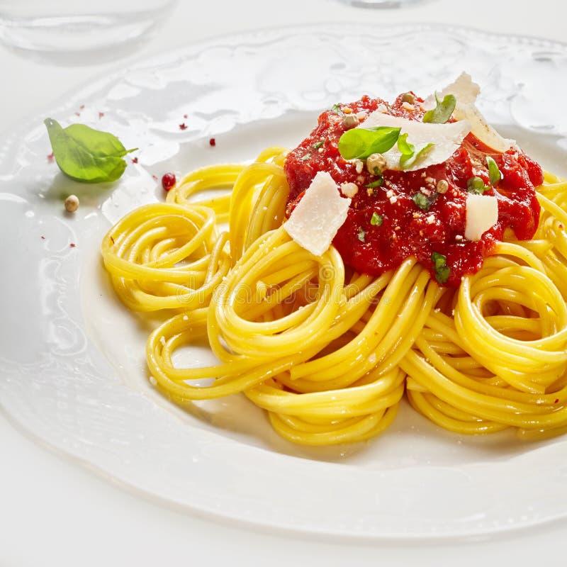 Pasta italiana degli spaghetti con il condimento della salsa al pomodoro fotografia stock libera da diritti