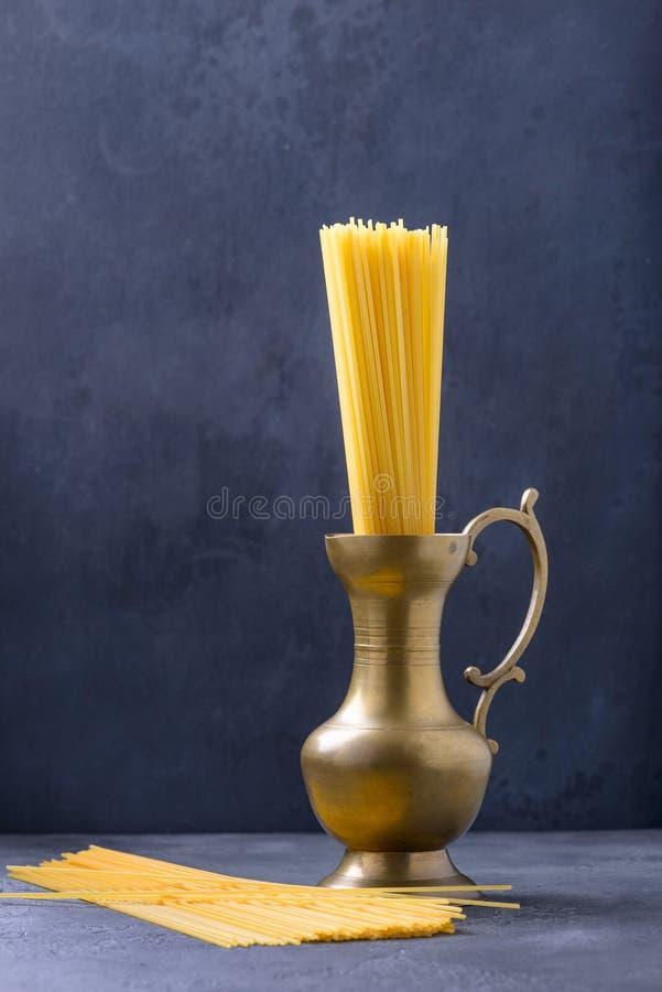 Pasta italiana degli spaghetti in retro brocca immagine stock libera da diritti