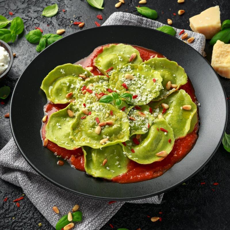 Pasta italiana dei ravioli farcita con il pesto del basilico, la ricotta cremosa ed i pinoli croccanti Alimento vegetariano sano immagine stock