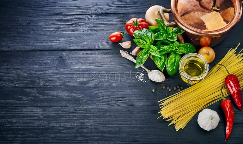 Pasta italiana della preparazione di alimento sul bordo di legno nel copyspace di stile fotografia stock