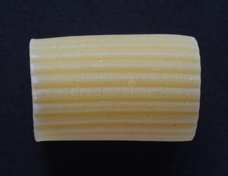 Pasta italiana di Manicotti sopra il nero immagini stock libere da diritti