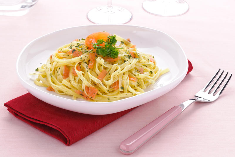 Pasta italiana, fettuccine dei salmoni affumicati fotografia stock
