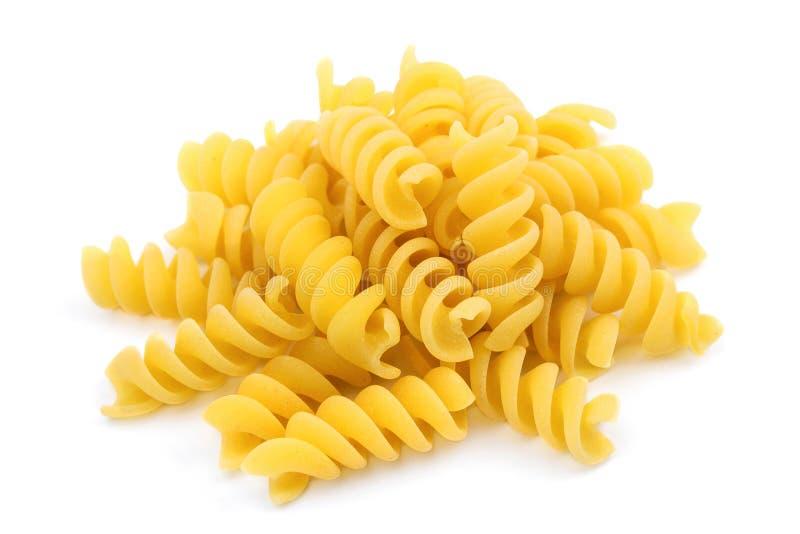 Pasta italiana, a forma di a spirale, isolata su fondo bianco immagine stock libera da diritti