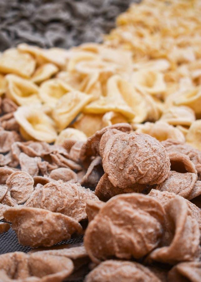 """Pasta italiana fresca cruda - tipici """"orecchiettes """" fotografia stock libera da diritti"""