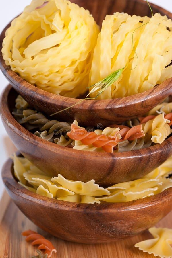Pasta italiana in una ciotola di legno fotografia stock