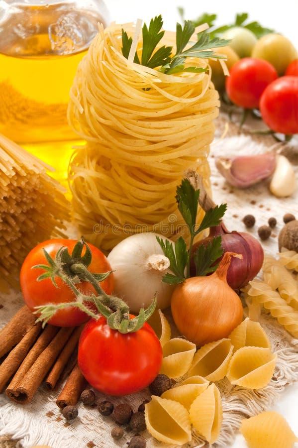 pasta kryddar grönsaker royaltyfri bild