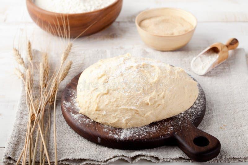 pasta Lievito-fermentata, pizza, pane con farina e punte del grano fotografia stock libera da diritti