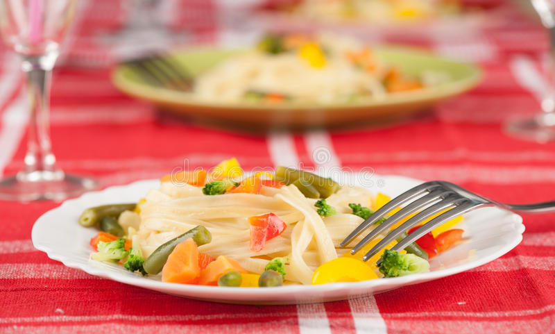 Pasta med grönsaker royaltyfri fotografi