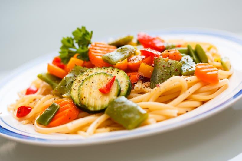 Pasta med grönsaker arkivbild