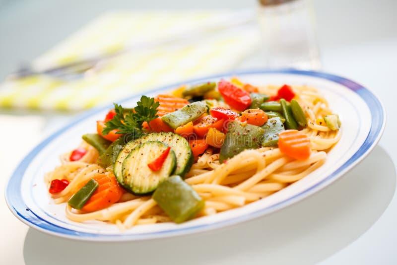 Pasta med grönsaker arkivbilder