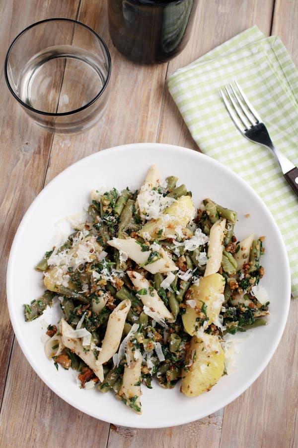Pasta med grönsaker och pesto royaltyfria bilder